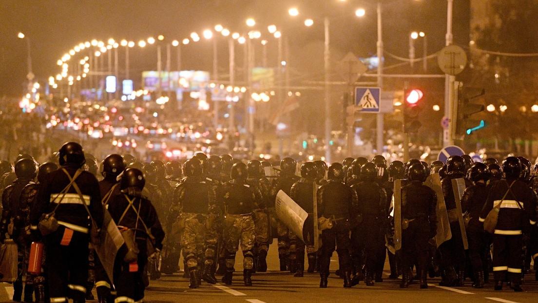 VIDEOS: Dos coches embisten contra la Policía especial en Bielorrusia en dos incidentes separados