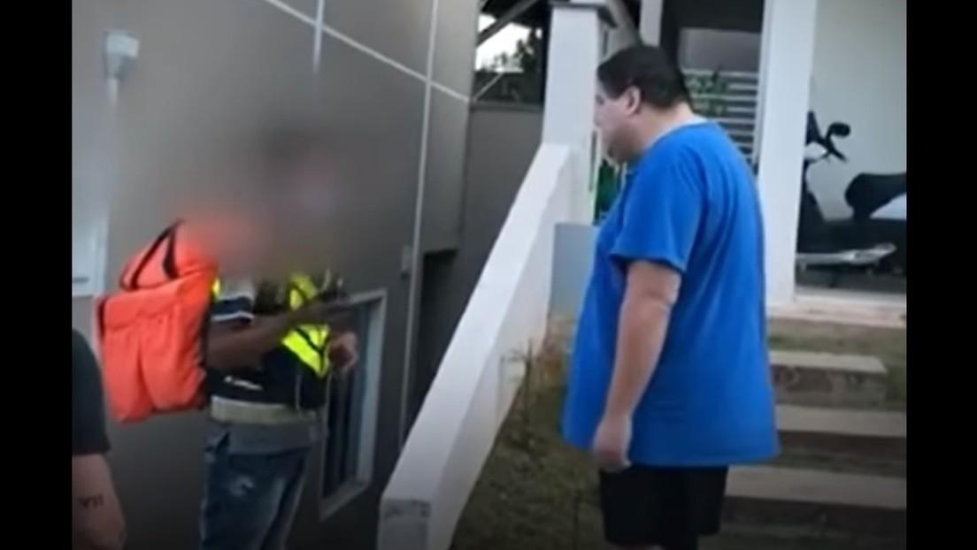 VIDEO: Un hombre de un barrio de clase alta lanza insultos raciales a un repartidor de comida en Brasil