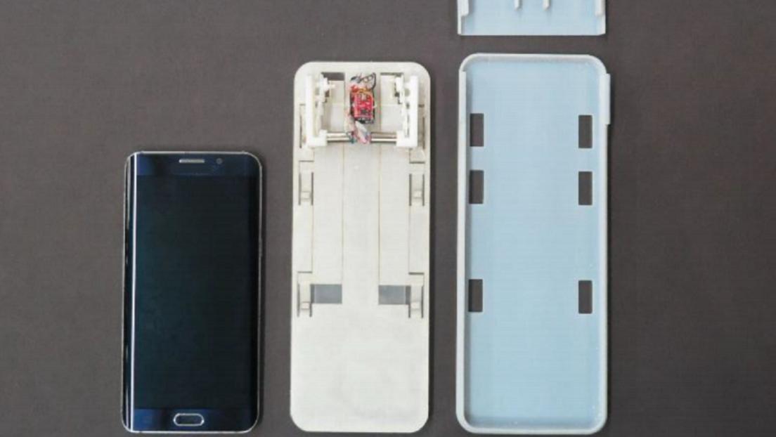 VIDEO: Desarrollan una funda robótica con patas mecánicas con la que los celulares pueden arrastrarse hasta un puerto de carga inalámbrico