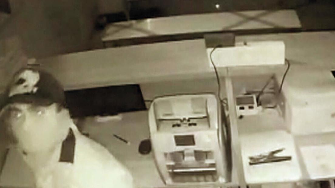 Un asaltante muere al cortarse el cuello accidentalmente сuando robaba un banco