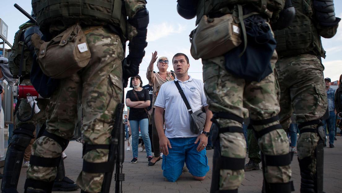 """El Parlamento bielorruso afirma que """"no necesita guerra"""" y el ministro del Interior se disculpa por las """"personas al azar"""" heridas en las protestas"""