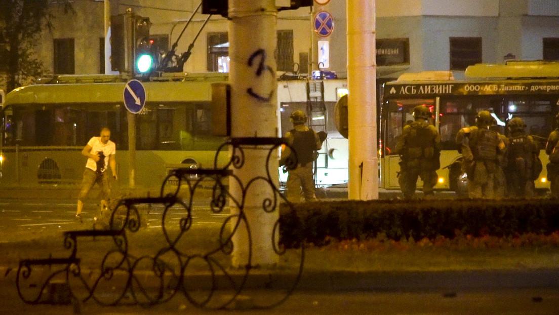 AP publica una imagen que supuestamente muestra al manifestante fallecido en las protestas en Minsk con una mancha roja en el pecho
