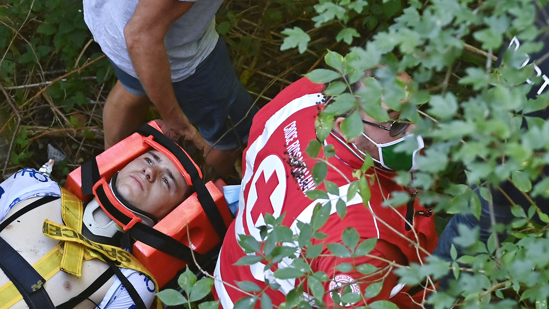 VIDEO: El campeón belga de ciclismo Remco Evenepoel cae de cabeza a un barranco durante el Giro de Lombardía