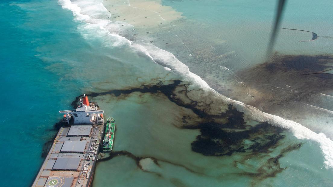 El buque japonés encallado en Mauricio se parte en dos y sigue derramando combustible al océano (FOTOS)