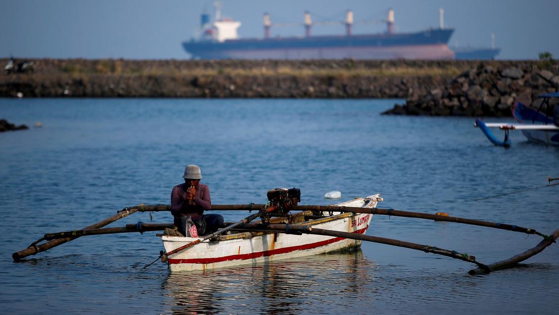 Un enorme pez salta directo a una embarcación y mata a un pescador