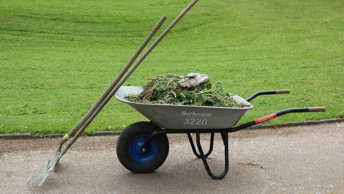 Un jardinero británico bate un récord de velocidad al alcanzar 72 km/hora en su carretilla 'mejorada'