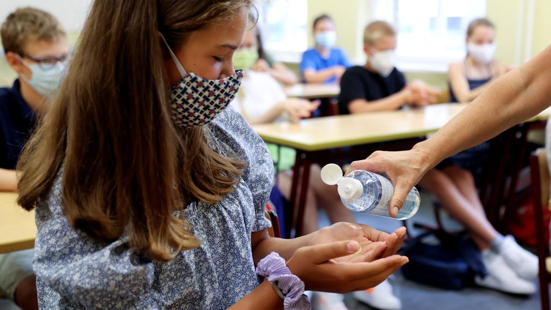 Un estudio muestra que los niños tienen menos probabilidades de contraer el coronavirus en la escuela que en el hogar