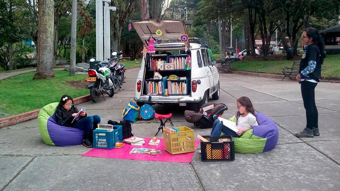 BibloCarrito R4: el viejo auto que recorre Colombia lleno de libros y deja en evidencia la desidia del Estado