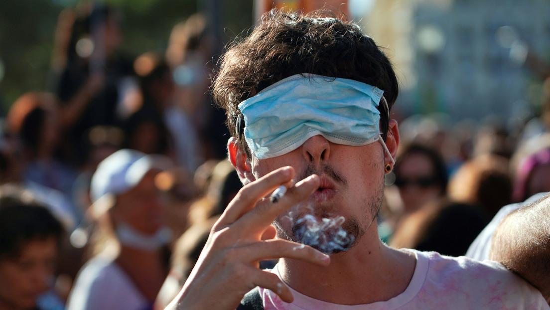 Un juez de Madrid tumba la prohibición de fumar en la calle si no hay distancia de seguridad