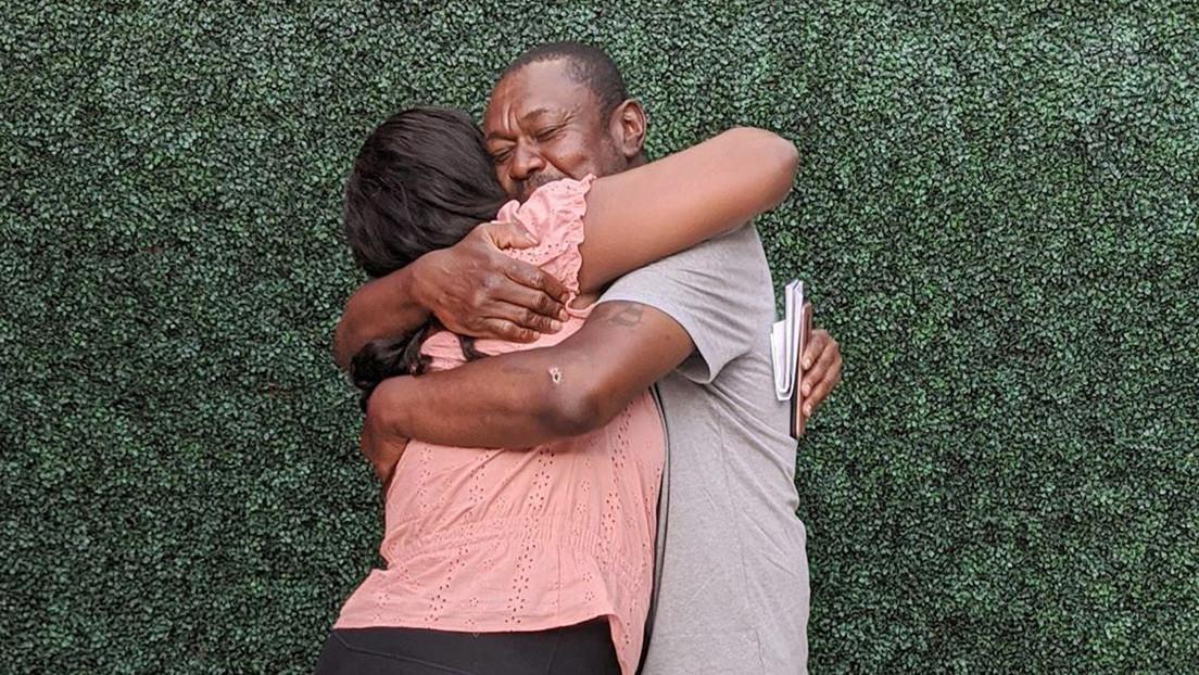 FOTOS: Un hombre sin hogar se reúne con su familia por primera vez en 20 años gracias a la ayuda de una pareja