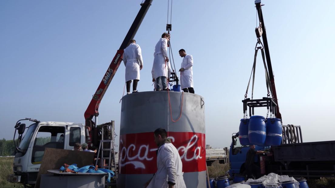 Un 'youtuber' ruso desata una reacción química 'volcánica' con 10.000 litros de Coca-Cola y bicarbonato de sodio