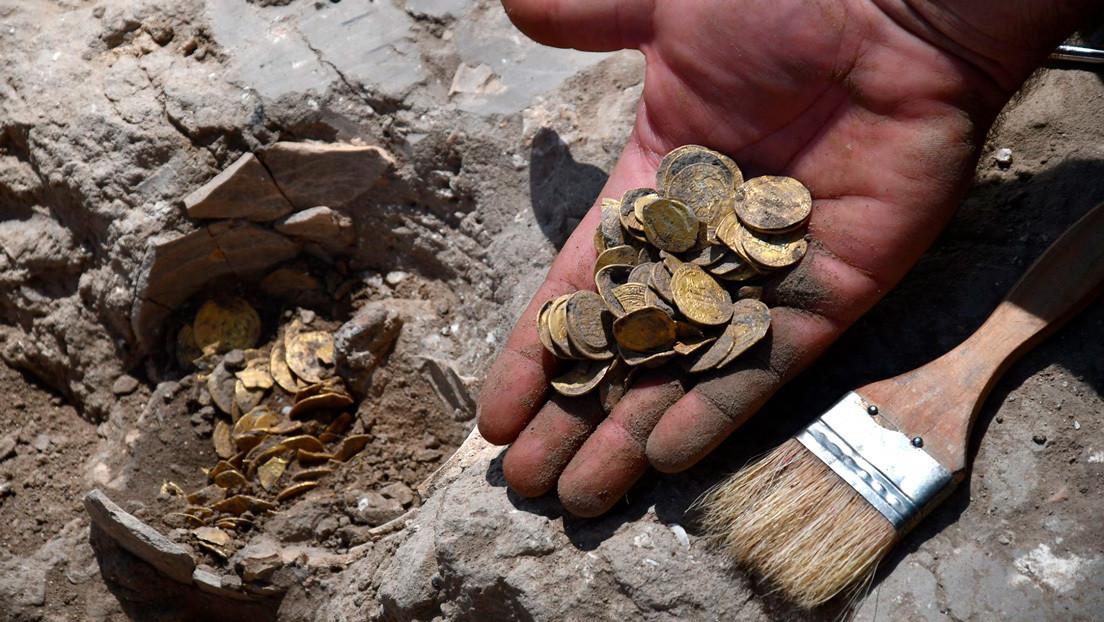 Hallan un tesoro enterrado con cerca de 425 monedas de oro de 24 quilates de más de 1.000 años de antigüedad