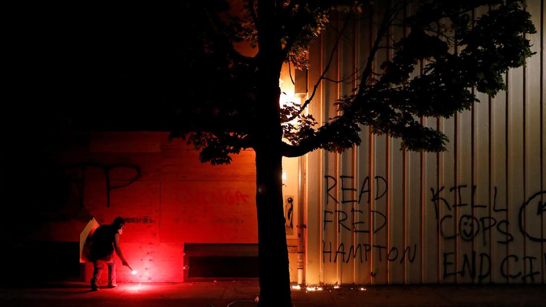 """VIDEO: Manifestantes prenden fuego a una estación de policía en EE.UU. durante una noche de disturbios calificada como """"motín"""""""