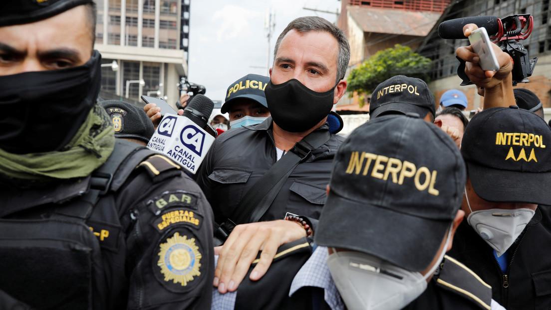 El exministro guatemalteco Alejandro Sinibaldi se entrega a la justicia tras permanecer cuatro años prófugo