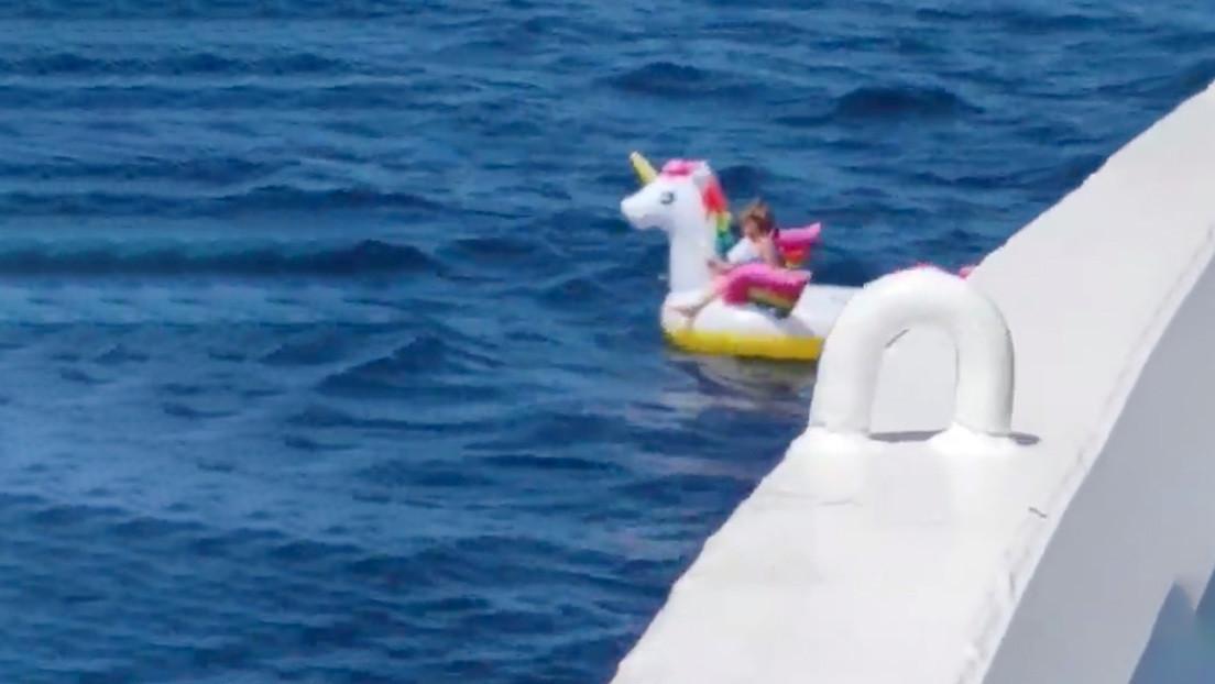 VIDEO: La tripulación de un ferry rescata a una niña de 4 años en un flotador de unicornio luego de que la corriente del mar la alejara de una playa
