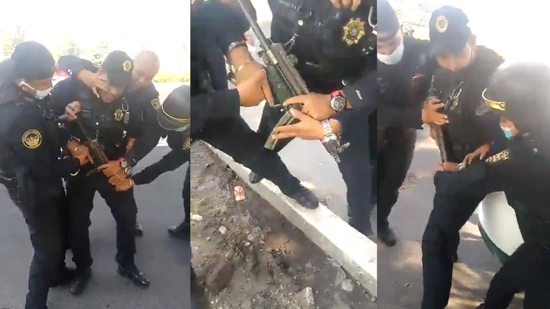 VIDEOS: Policías de Ciudad de México forcejean por un arma y esta termina disparándose en plena vía pública