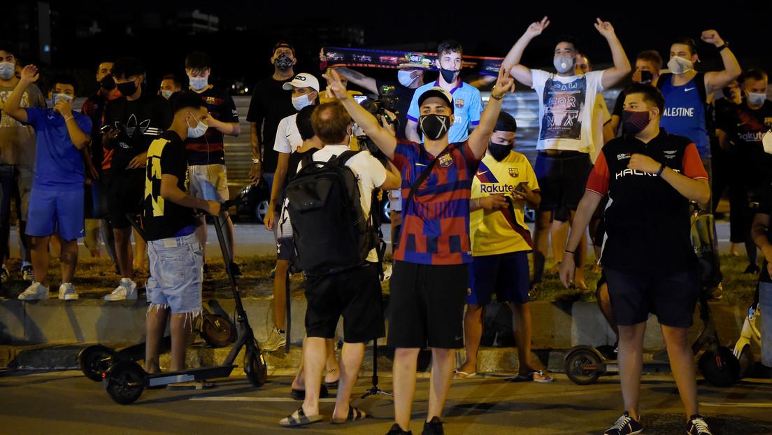VIDEO: Hinchas indignados por reportes de la salida de Messi se concentran frente al Camp Nou y demandan la dimisión del presidente del F.C. Barcelona