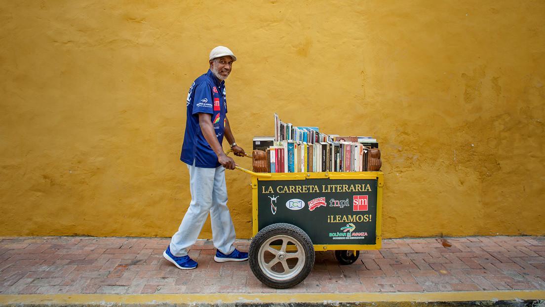 """""""No es una cosa exclusiva para las élites"""": El colombiano que cambió una carreta de agua para vender por 'otra' llena de libros"""