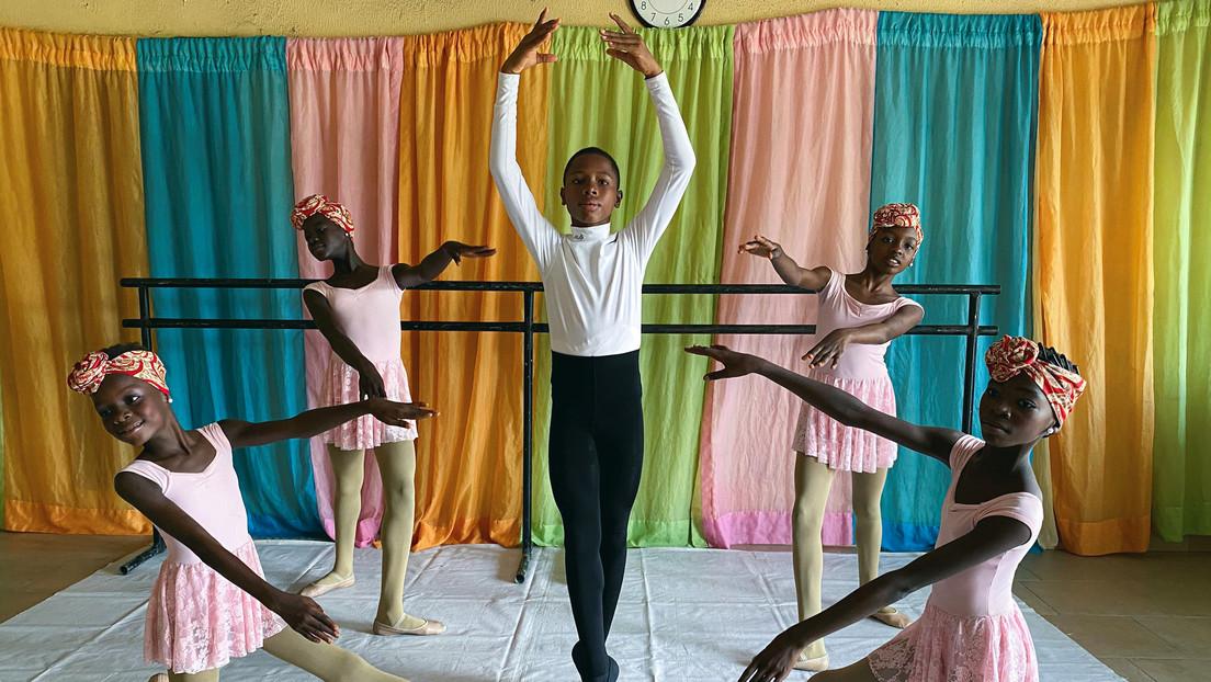 El niño nigeriano que impresiona a las redes con su ballet bajo la lluvia recibe becas de todo el mundo y duda sobre cuál escoger