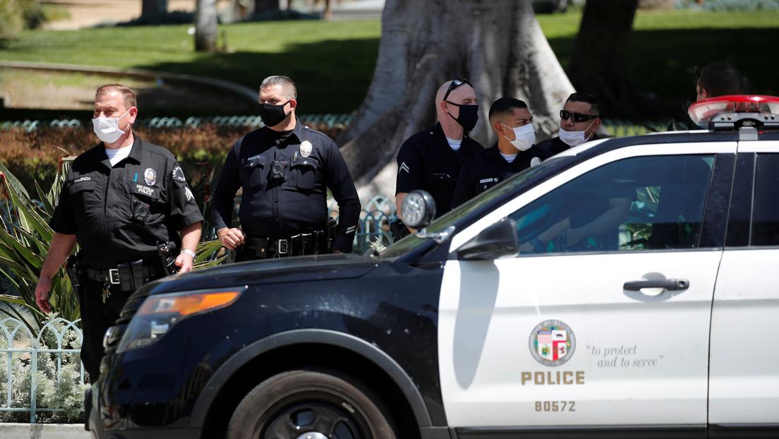 """Hombre se atrinchera en una casa y hiere de bala a dos policías en EE.UU., uno se encuentra en estado """"muy crítico"""""""