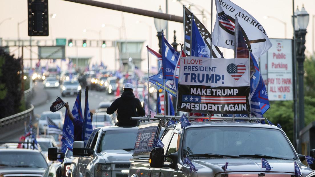 Miembros del SWAT responden a reportes de disparos en Los Ángeles, cuando pasaba una caravana de simpatizantes de Trump