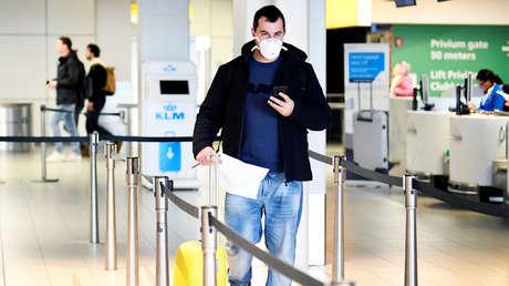 Estalla una pelea por dos pasajeros que se negaron a usar mascarillas a bordo de un avión (VIDEO)