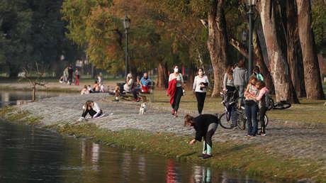 El Gobierno de Argentina vuelve a prohibir las reuniones sociales y familiares en todo el país por el coronavirus (y genera una nueva polémica)