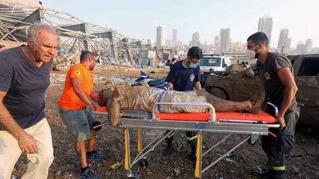 Fotografían el rescate de un hombre que parecía muerto tras las explosiones de Beirut pero logró sobrevivir