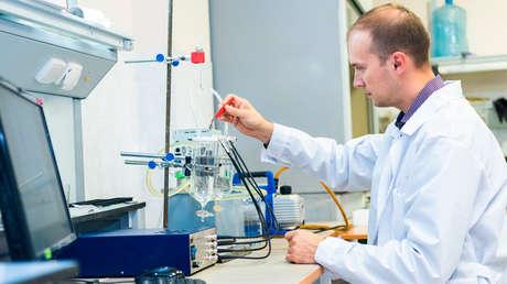 Сientíficos rusos idean una manera de cargar dispositivos móviles con el calor corporal