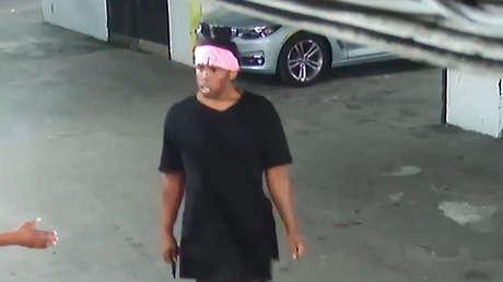VIDEO: Un hombre es salvajemente apuñalado en un estacionamiento de Nueva York
