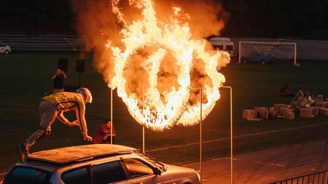 VIDEO: Acróbata sufre un terrible accidente al atravesar unos anillos en llamas desde un auto en movimiento