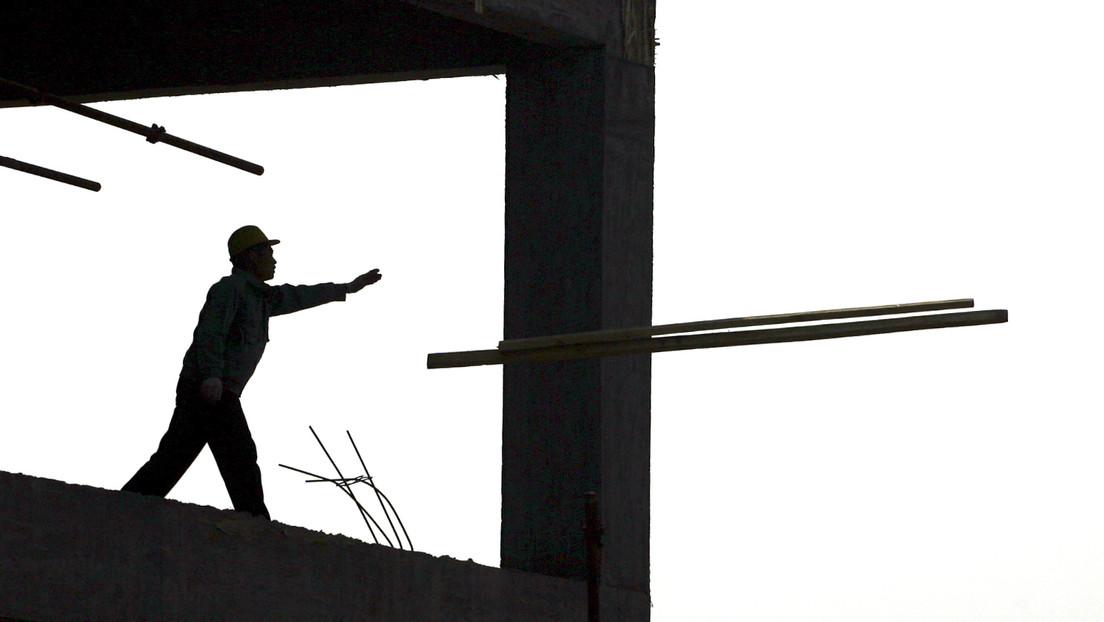 VIDEO: Una obrera sobrevive tras caer sobre una barra de acero de 80 centímetros que le atravesó el torso