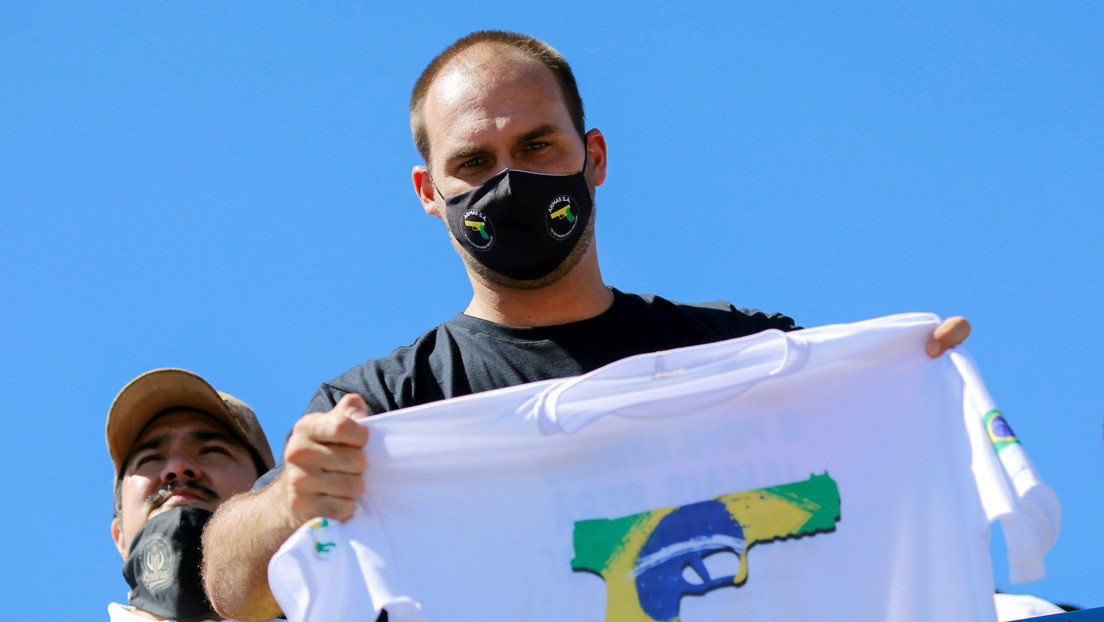El diputado brasileño Eduardo Bolsonaro presenta un proyecto de ley en el que equipara al comunismo con el nazismo y criminaliza su apología