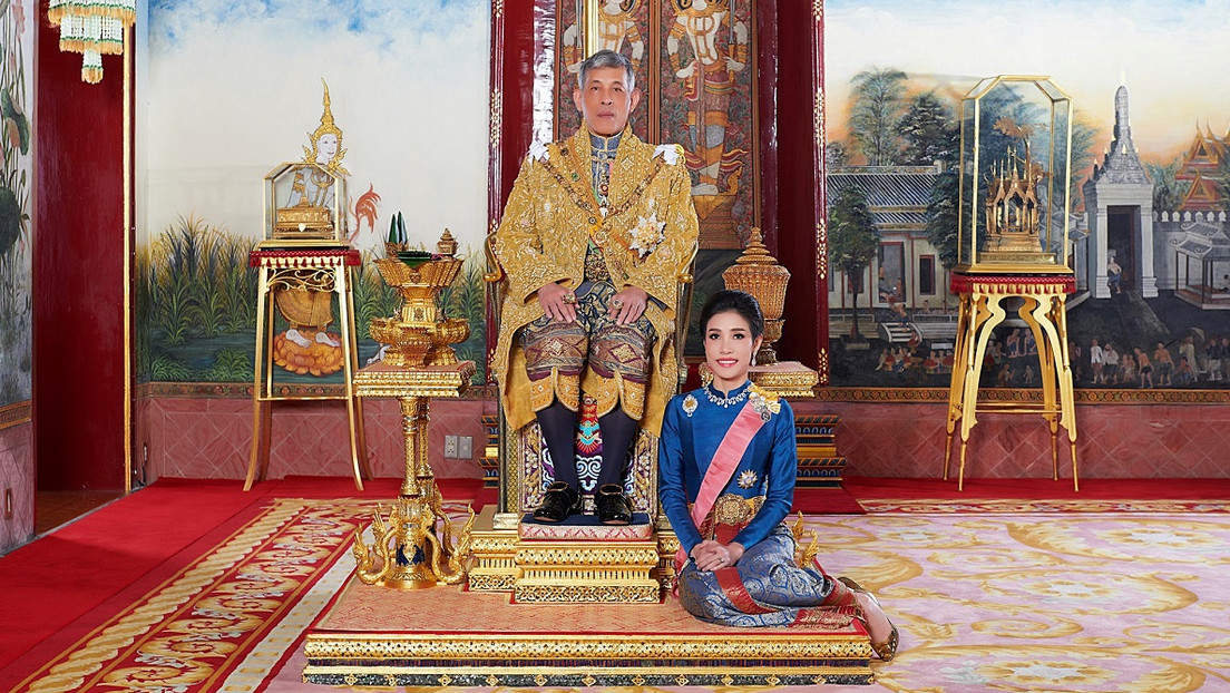 El rey tailandés reinstala a su consorte 10 meses después de despojarla de sus títulos por deslealtad al monarca