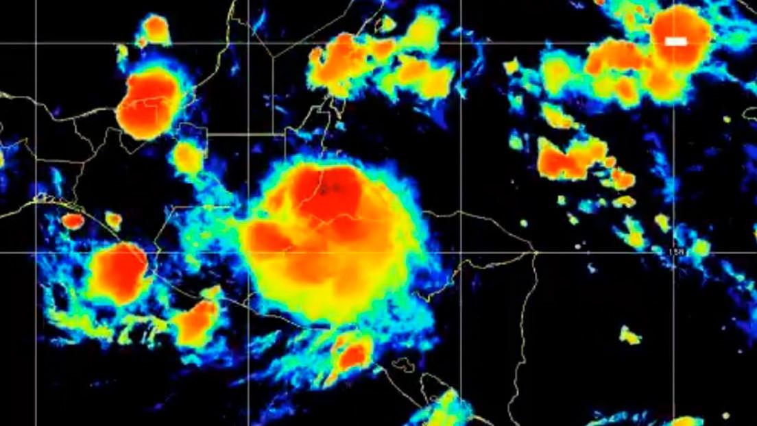 El huracán Nana pierde fuerza al tocar tierra en Belice y avanza hacia Guatemala y México