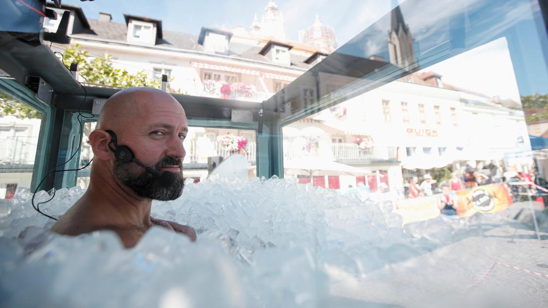 Un austriaco en bañador pasa dos horas y media sumergido en cubitos en hielo