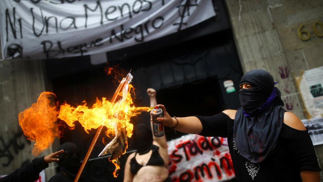 """Feministas invaden la Comisión Nacional de Derechos Humanos de México y López Obrador las """"regaña"""" por protestar con violencia"""