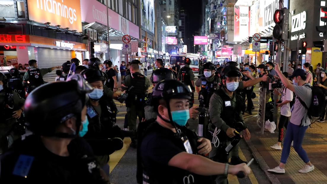 VIDEO: La Policía antidisturbios de Hong Kong tira al suelo a una niña de 12 años