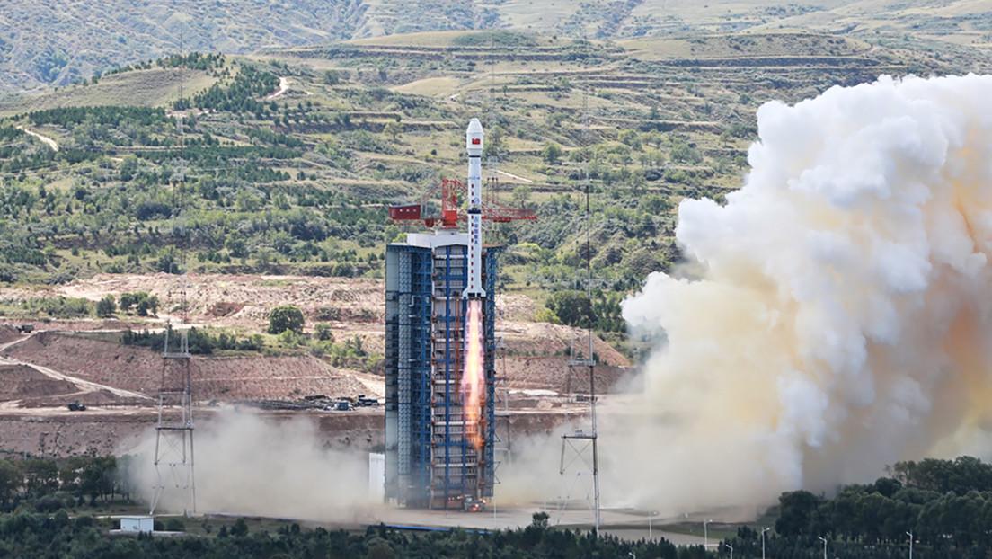 VIDEO: El propulsor de un cohete chino cae cerca de una escuela y explota formando una nube naranja