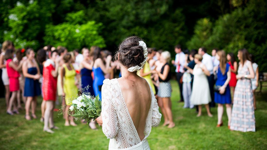 VIDEO: Una boda termina en una pelea campal con la novia luchando con dos hombres y una invitada ebria durmiendo en el suelo