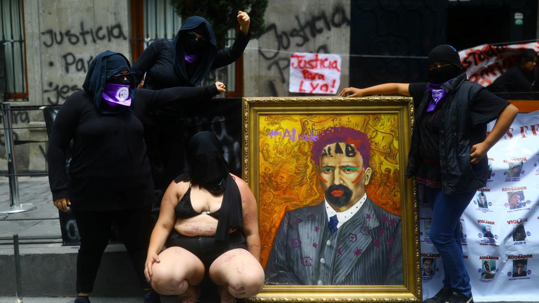 Las manifestantes contra la violencia machista en México subastarán las pinturas de próceres que intervinieron durante su protesta