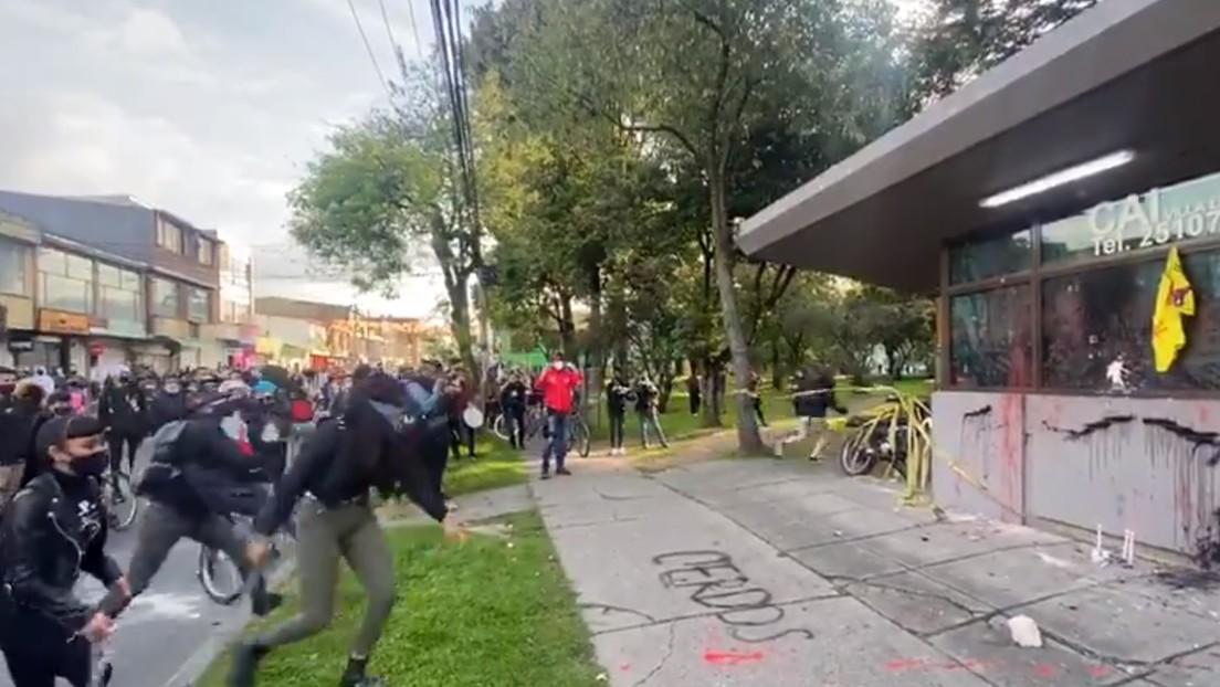 VIDEOS: Manifestantes vandalizan la unidad de Policía donde murió un abogado colombiano tras ser brutalmente reducido por dos agentes