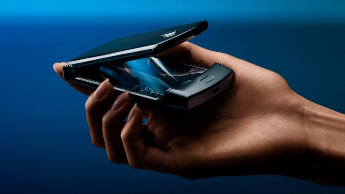 """VIDEO: Motorola presenta la nueva versión de su teléfono plegable con soporte 5G que """"cabe perfectamente en la palma de la mano"""""""