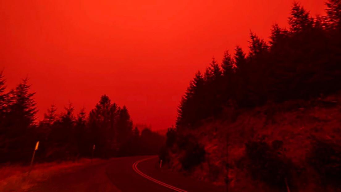 """Filma su evacuación de una zona de Oregón arrasada por incendios forestales """"sin precedentes"""" y el video parece sacado de una cinta de ciencia ficción"""