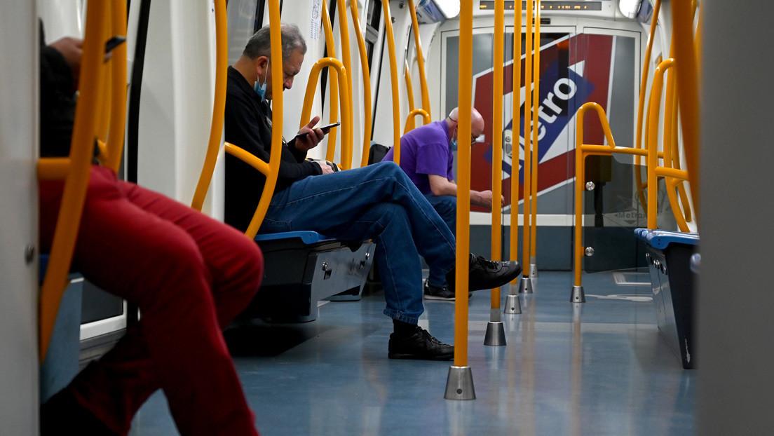 """""""¡En la selva no tienen condones, panchito de mierda!"""": tres adolescentes insultan y escupen a pareja latinoamericana en el metro de Madrid (VIDEO)"""