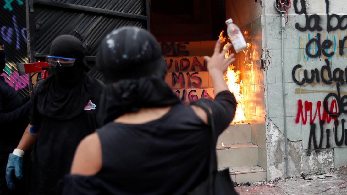 Colectivos feministas prenden fuego a sede de la Comisión de Derechos Humanos del Estado de México tras denunciar abusos policiales