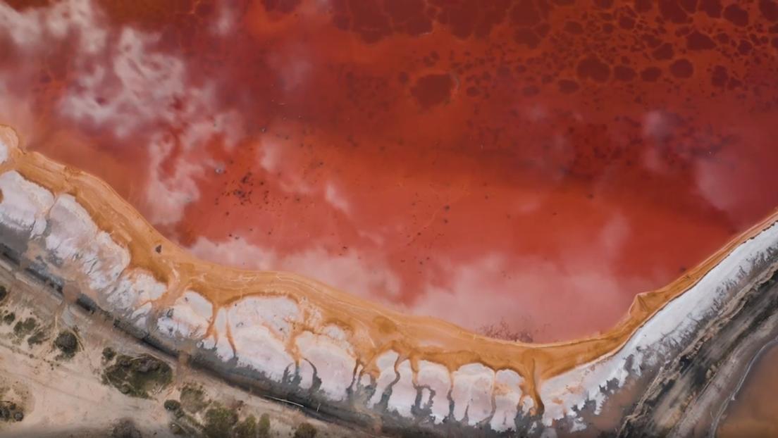 VIDEO: Un impresionante lago rosado en Siberia a vista de dron