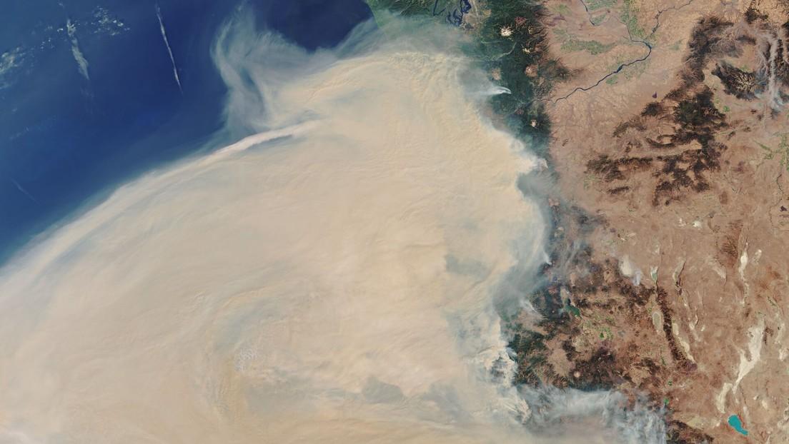 FOTO: Una enorme columna de humo naranja provocada por los incendios en EE.UU. se ve desde el espacio