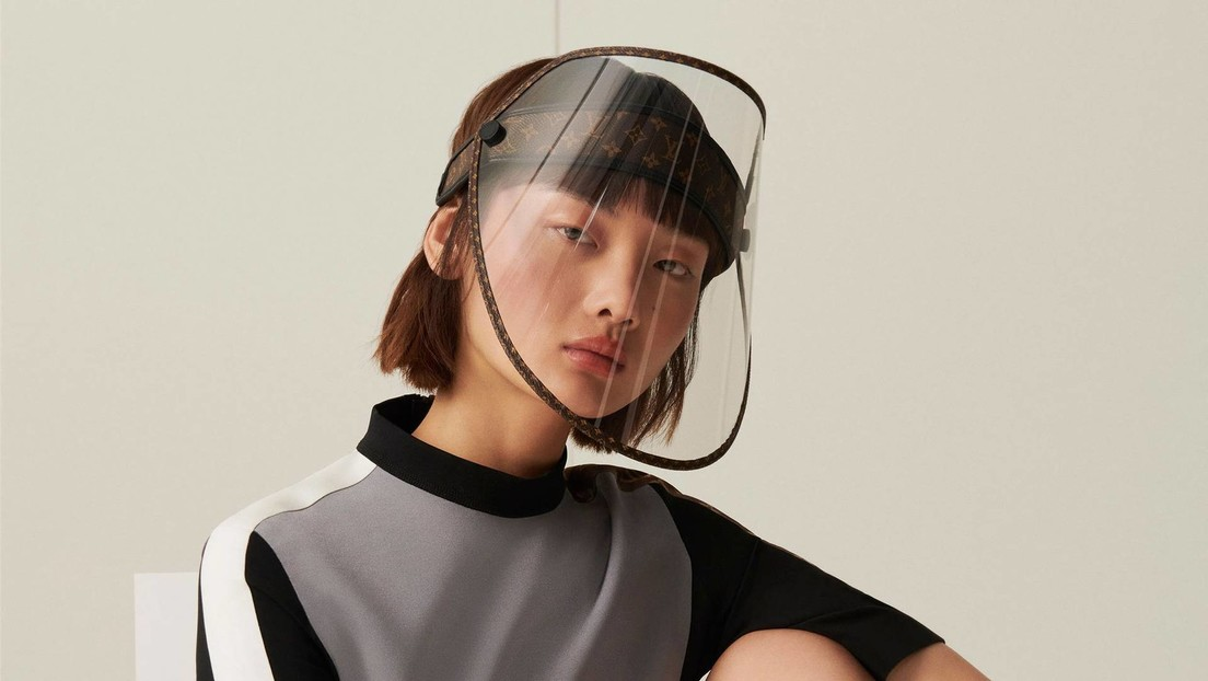 FOTO: Louis Vuitton venderá protectores faciales de lujo con su reconocible monograma y tachuelas doradas en medio de la pandemia