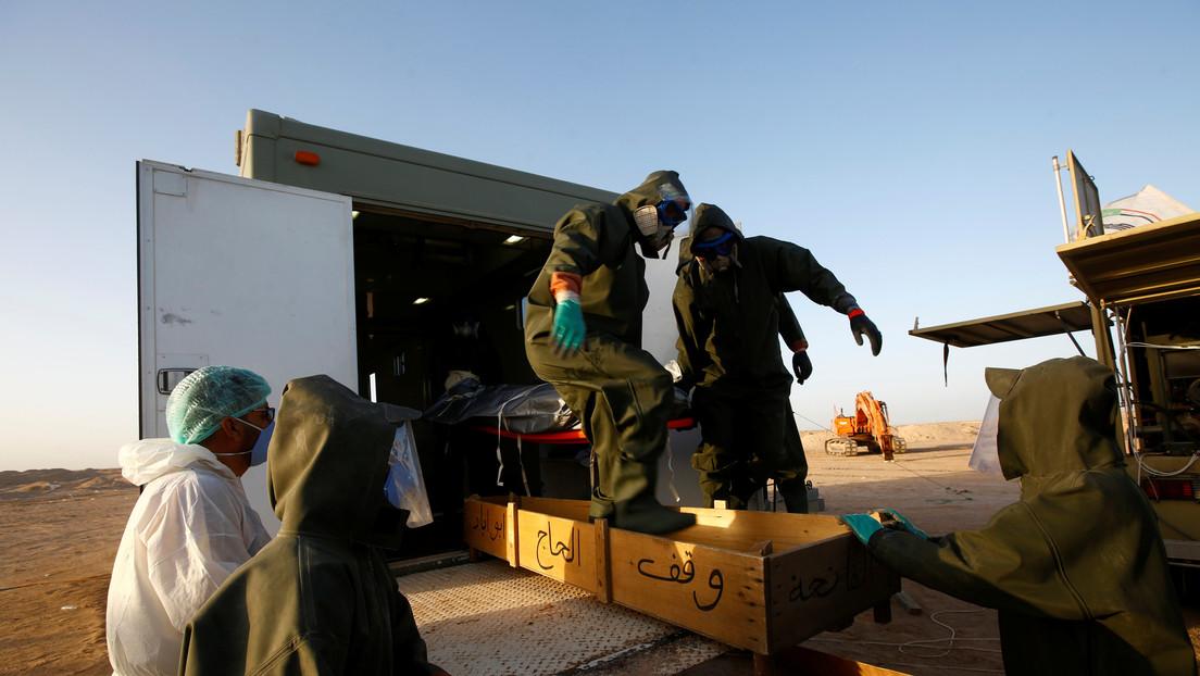 Iraquíes exhuman a sus parientes fallecidos por el covid-19 para volver a enterrarlos en tumbas familiares